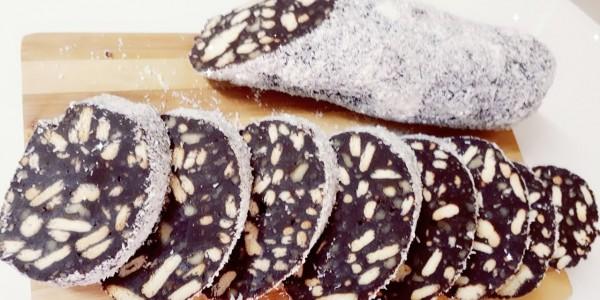 Salam de biscuiți decorat cu fulgi de cocos (low carb)