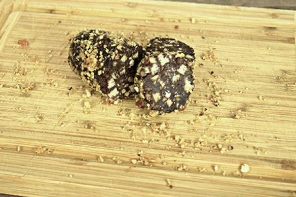 Salam de biscuiți decorat cu nuci caramelizate (low carb)