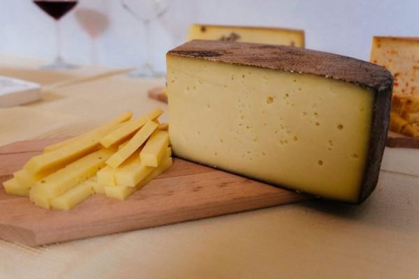 Brânză maturată cu vin roșu