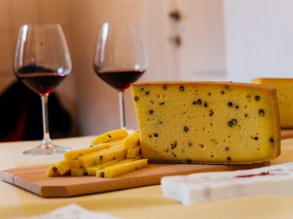 Brânză maturată cu piper verde (0.25 kg)