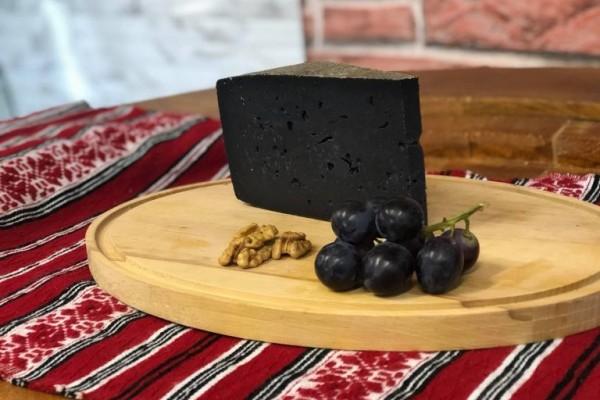 Brânză maturată cu cărbune