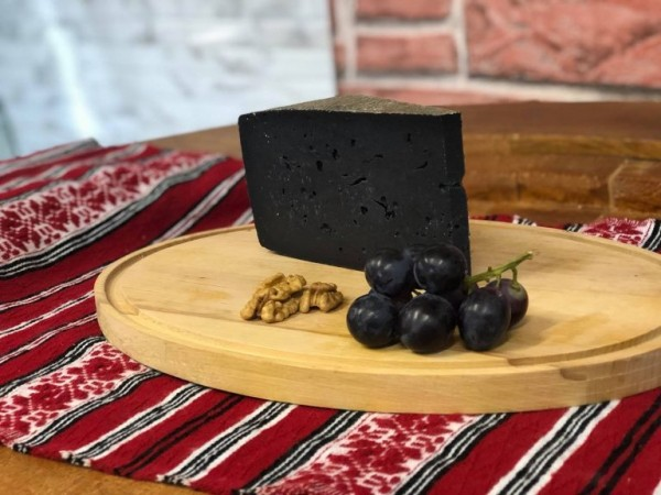 Brânză maturată cu cărbune (0.25 kg)