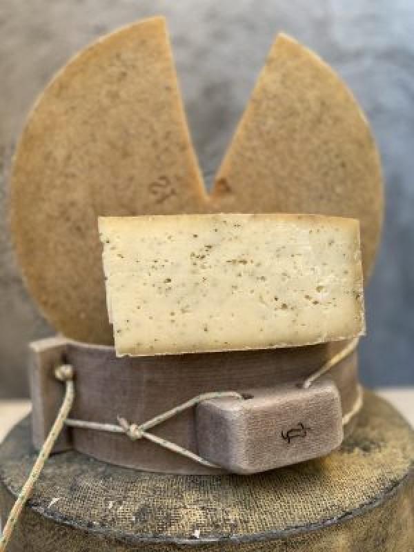 Brânză Maturată cu ierburi secuiești (0.25 kg)