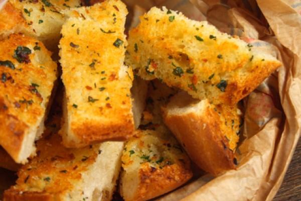 Paine prajita cu usturoi si ierburi mediteraneene